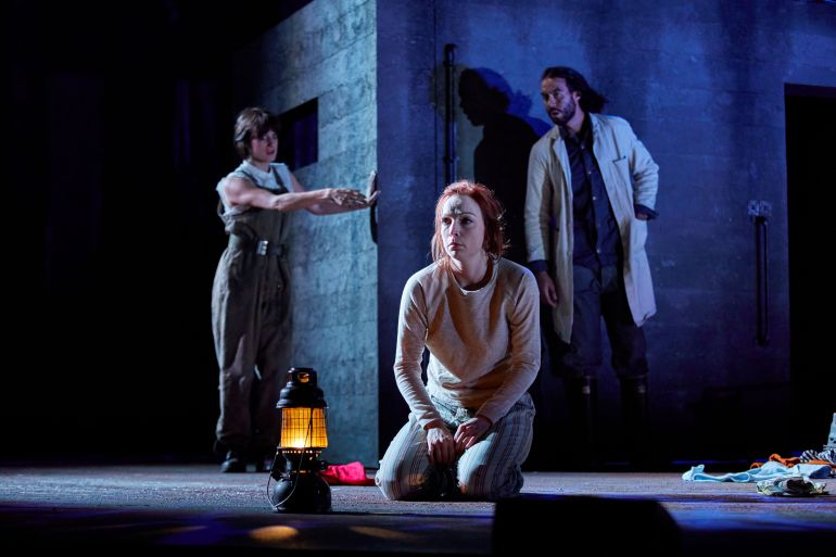 Macbeth - NT - (centre) Kirsty Besterman (Lady Macbeth), Olivia Sweeney (Gentlewoman), Reuben Johnson (Doctor) - Credit BrinkhoffMogenburg